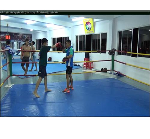 Huấn luyện viên Nguyễn Văn Quán hướng dẫn võ sinh tập luyện tại trung tâm huấn luyện Tâm Y Võ
